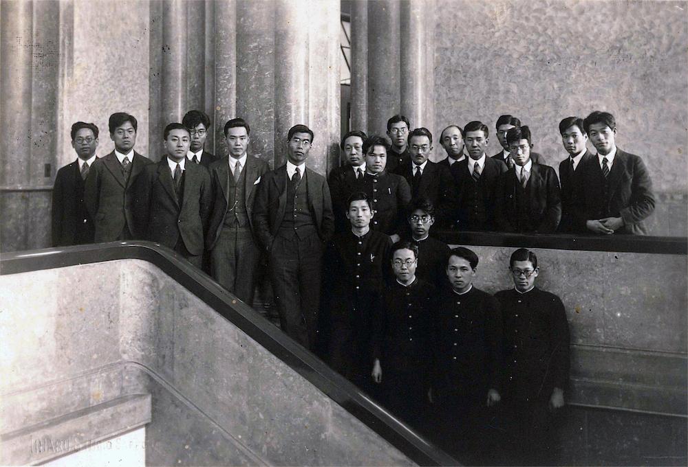 アインシュタイン・ドームに通じる吹き抜け階段で(左から5 人目が中谷宇吉郎,その右が茅誠司,後列の右から7人目が堀健夫 写真: 北海道大学大学文書館提供)