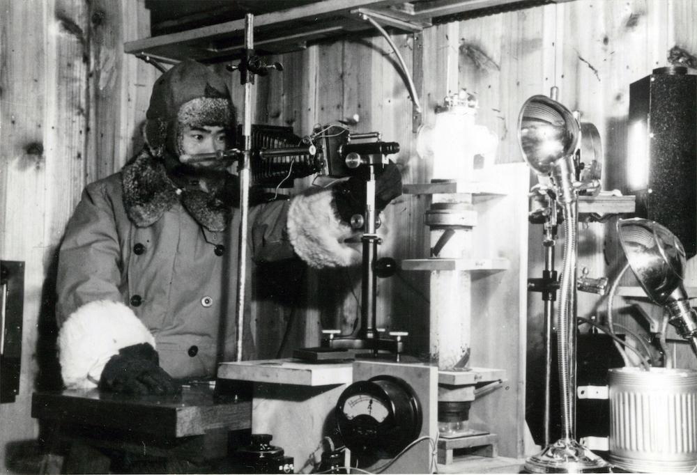低温室で実験する中谷宇吉郎(写真: 北海道大学大学文書館提供)