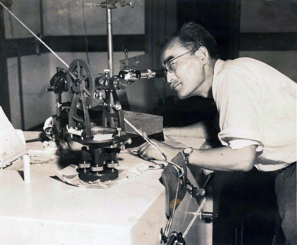 分光学の実験に勤しむ堀健夫(写真: 北海道大学大学文書館提供)
