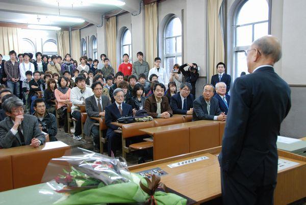 かつて授業を受けた理学部の教室で,ノーベル賞受賞について語る鈴木章(写真提供: CoSTEP)